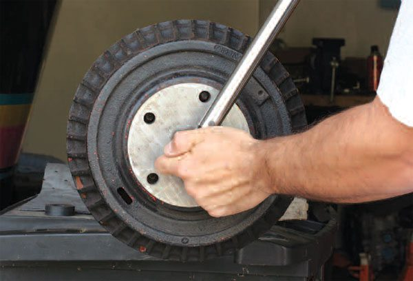 With the tool in place and the torque wrench in place, you can rotate the tool and tighten the bolt. You just need to read the torque values for break-away and slipping torque.